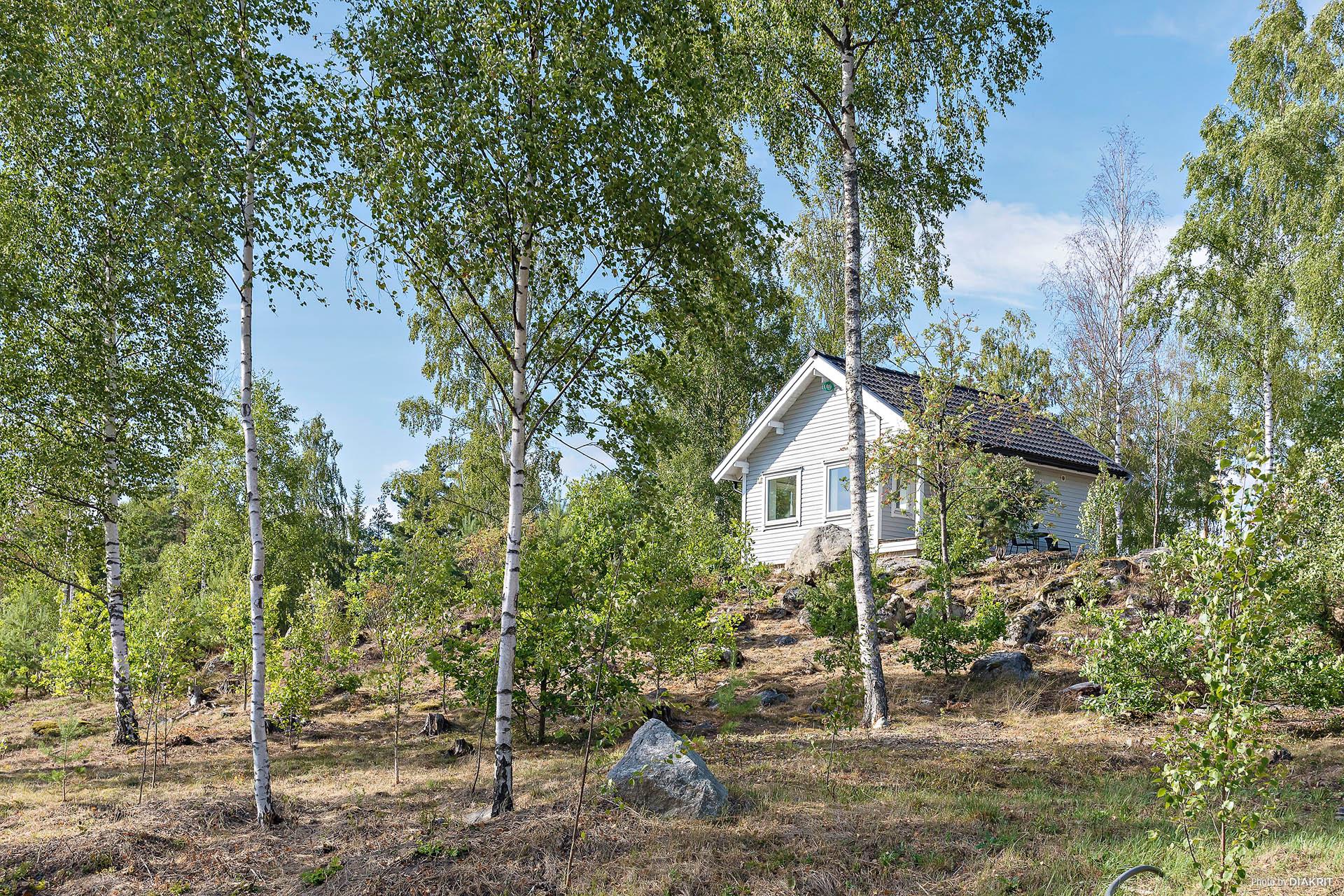 Lillstugan är högt belägen med fin utsikt över hagar, ängar och stallet.