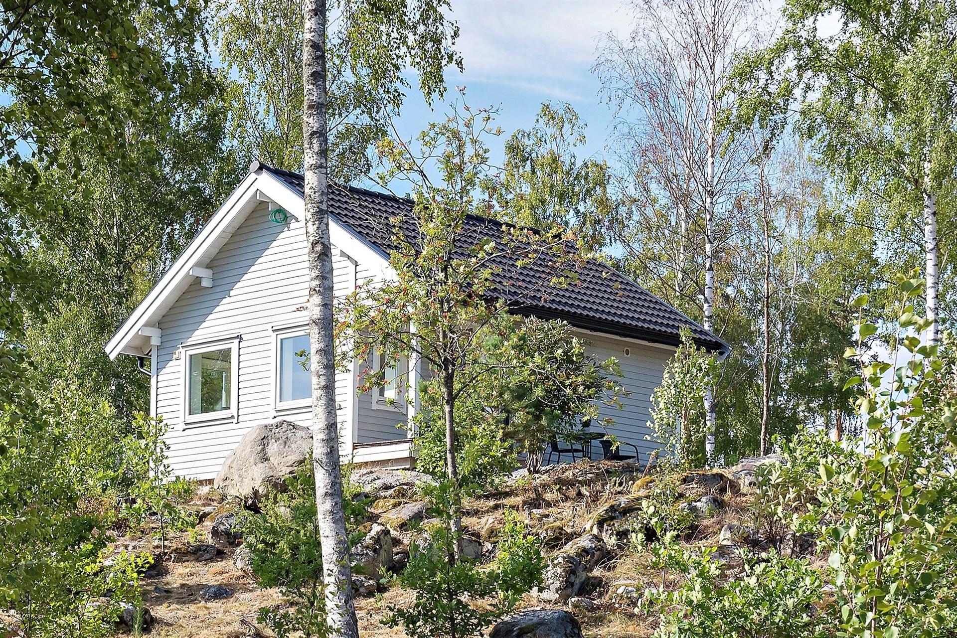 Lillstugan byggdes 2013 med alla bekvämligheter som kök och badrum.