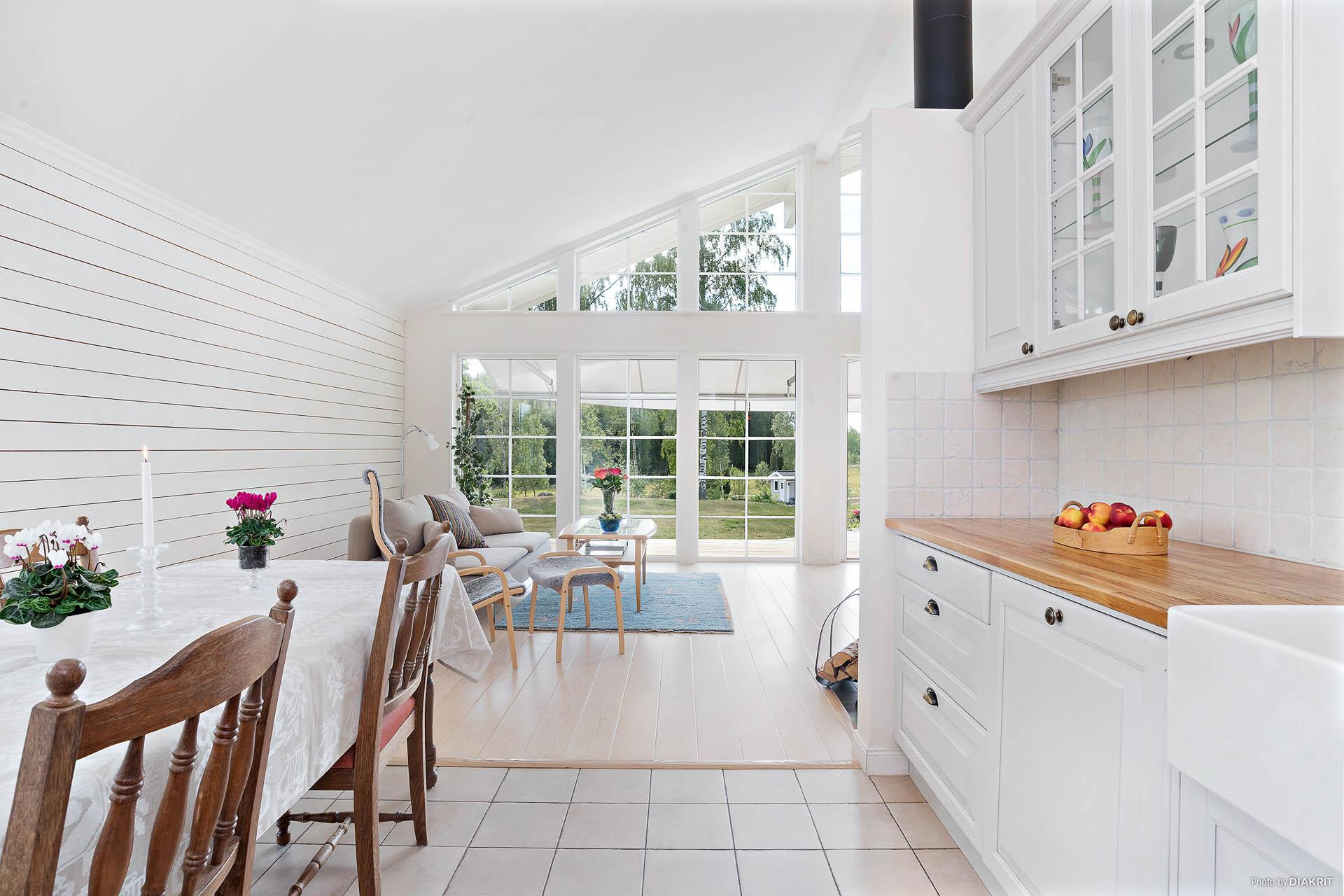 Kök och vardagsrum i öppen planlösning