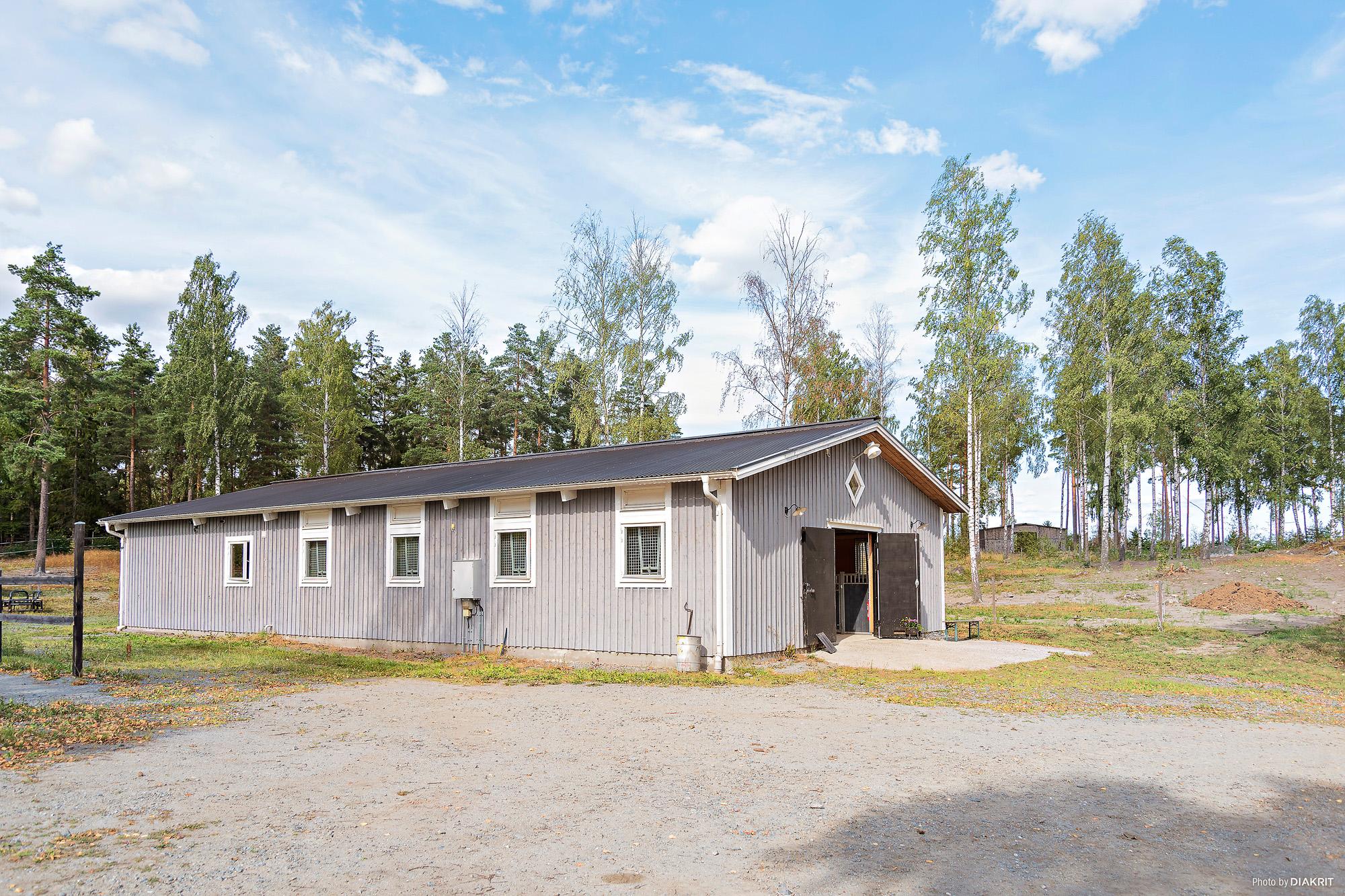 Stallet har isolerad platta och högt i tak (ca 4,5 meter till taknock).