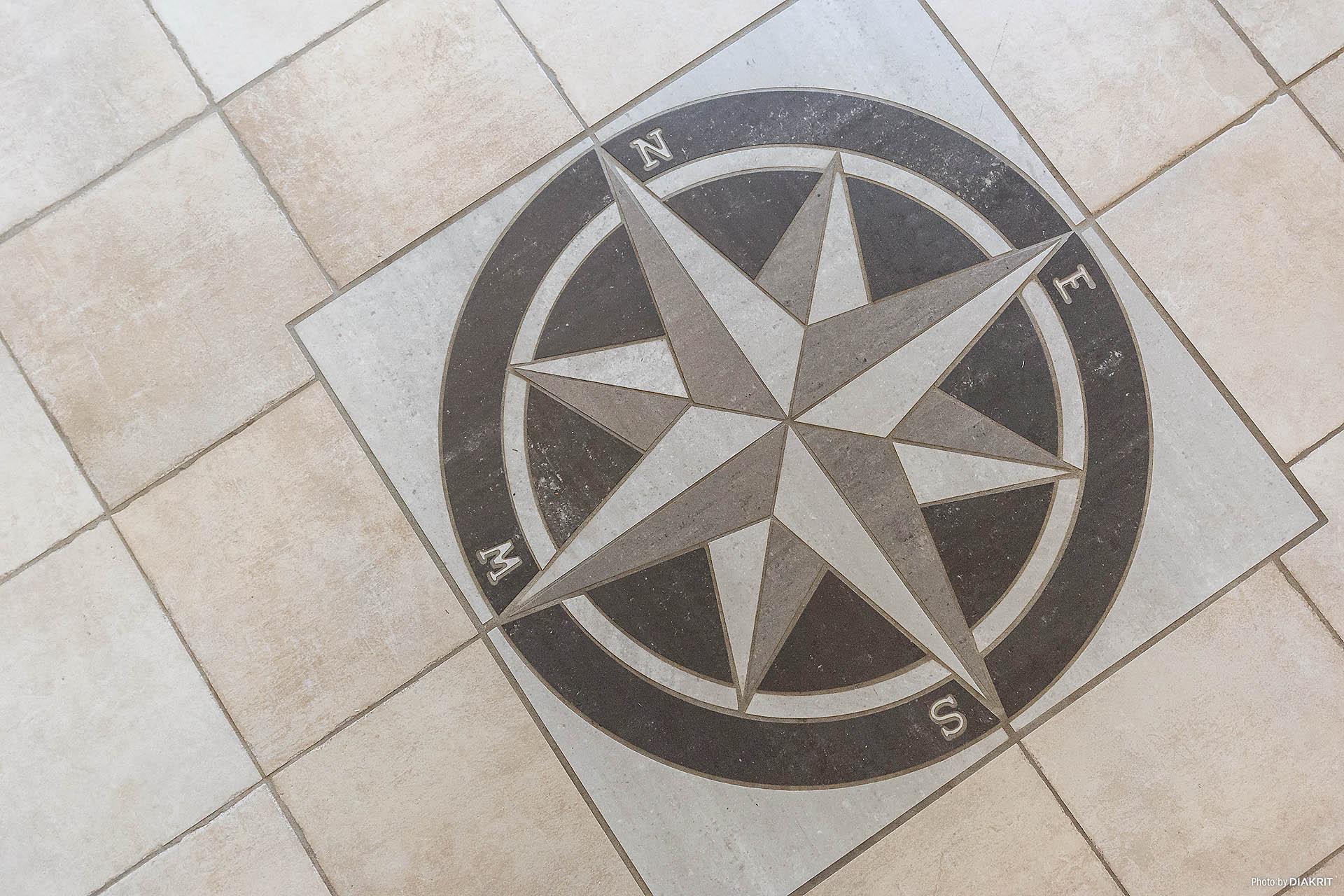 Vacker detalj med kompass-motiv