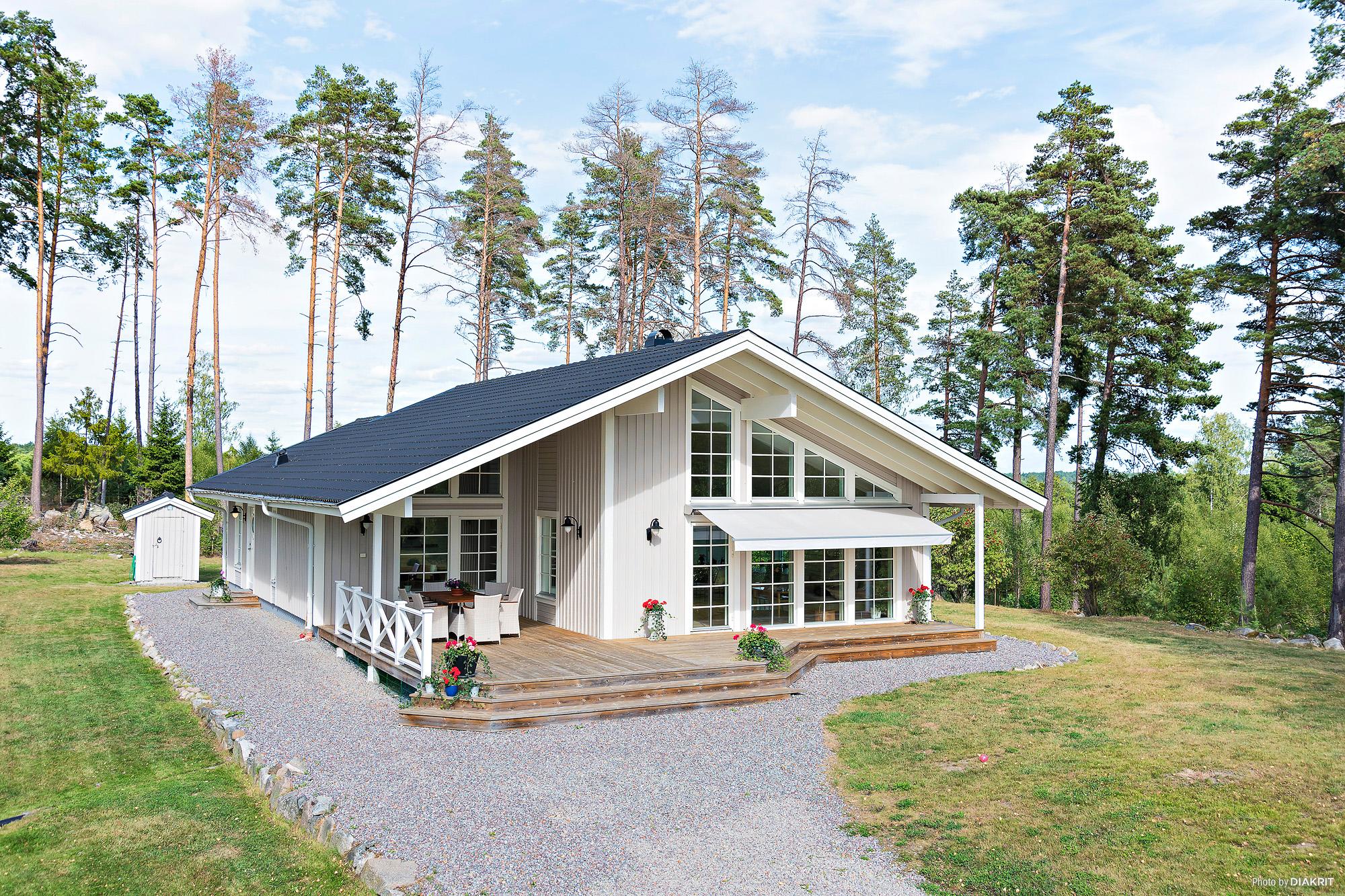 Modern hästgård om ca 14,5 hektar i naturskön kulturmiljö med ogenerat läge.