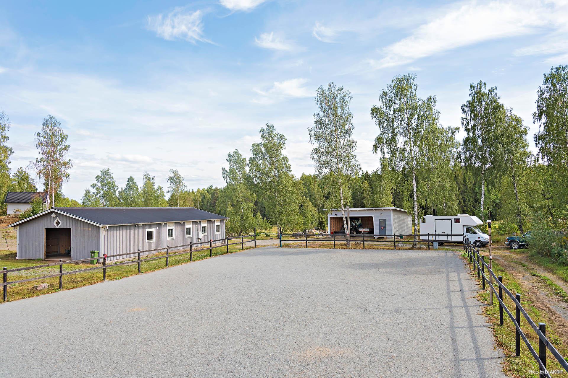 Stall, traktorgarage, hagar, utestall/vindskydd, paddock och hagar.
