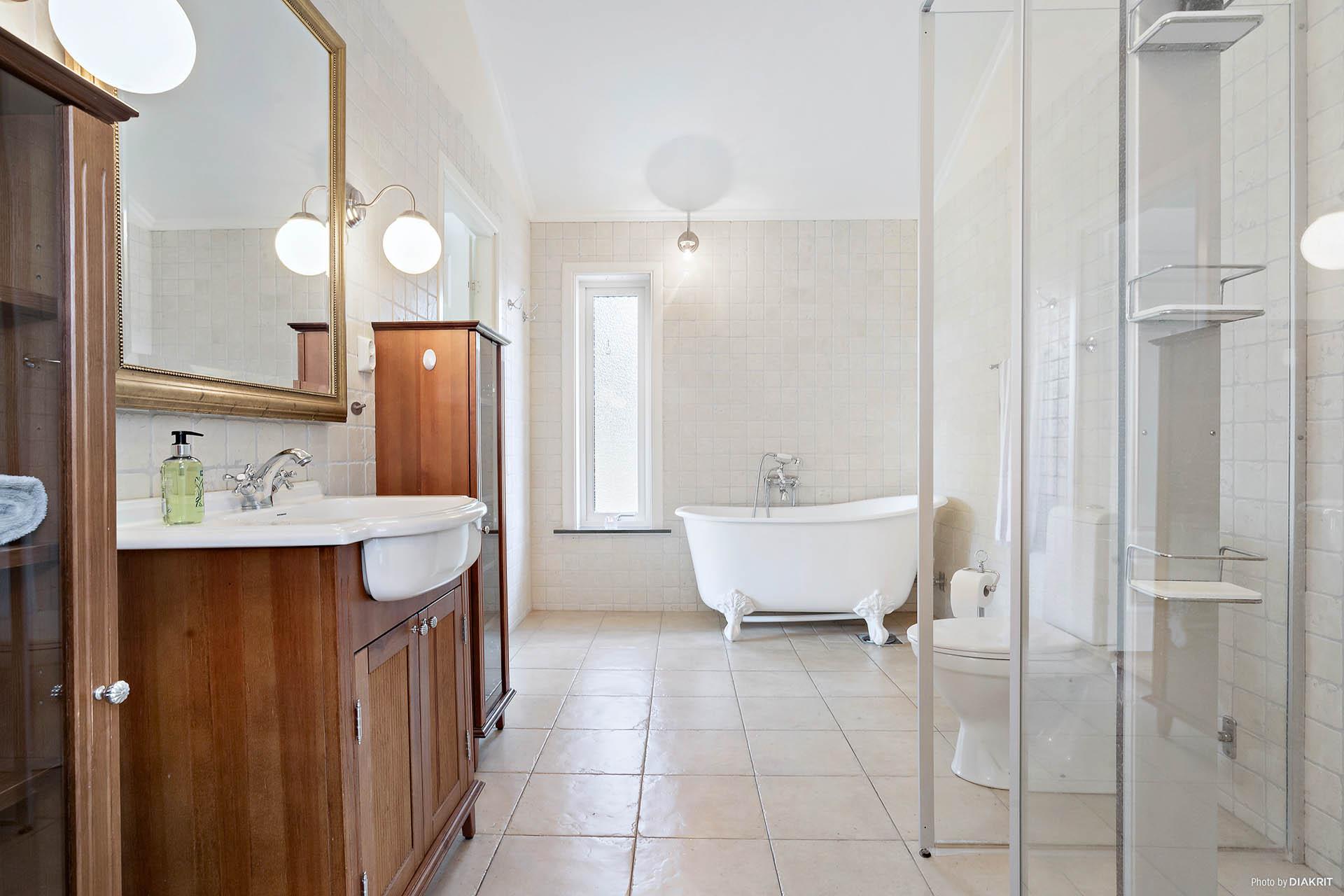 Helkaklat, rymligt badrum