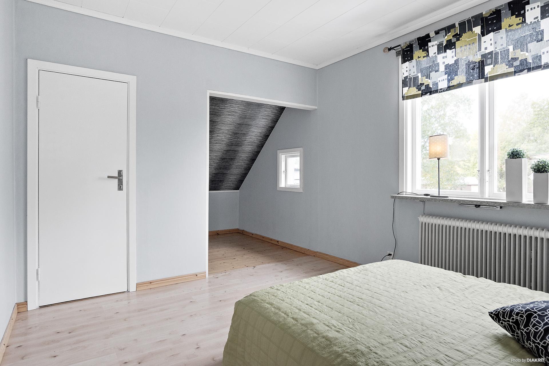 Sovrum på övre plan med sovalkov och tillhörande garderob