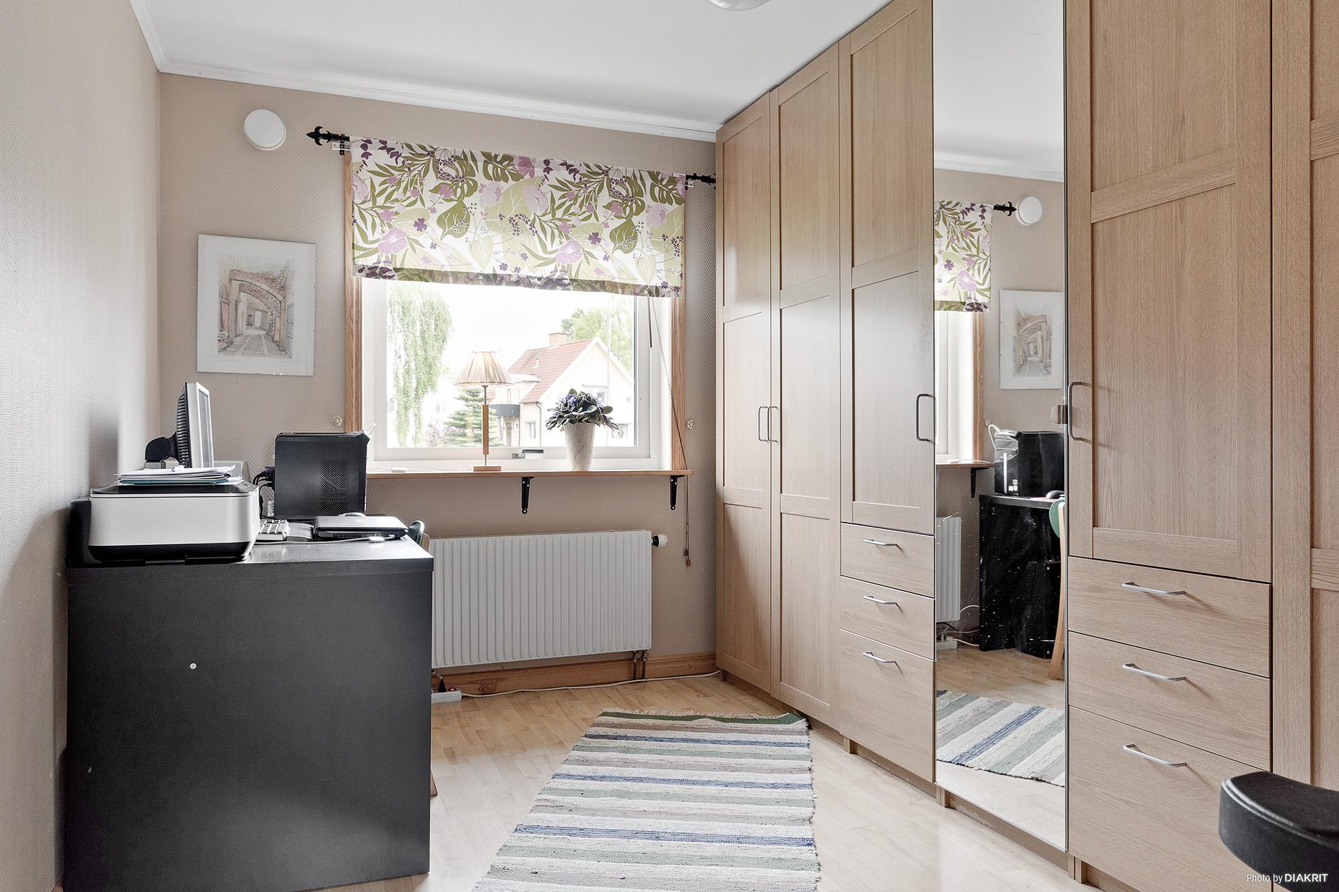 Sovrum/kontor med hel garderobslänga för bra förvaring