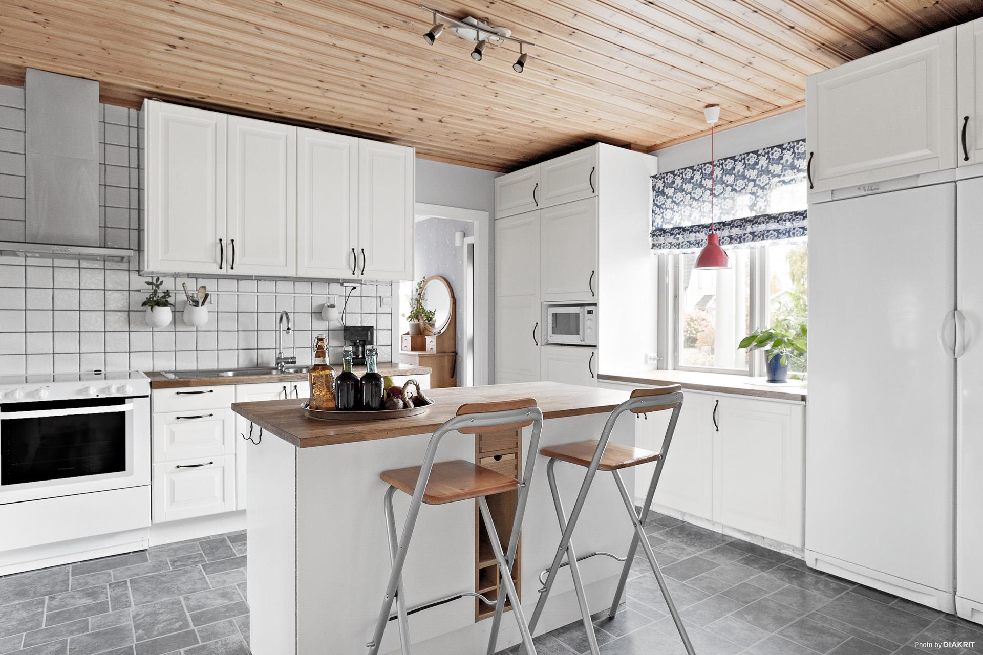 Kök med praktisk köksö för bra avlastning- och arbetsyta