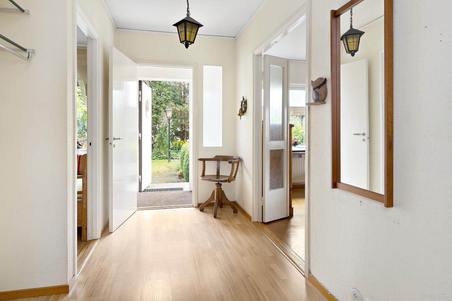 Hall mot kök till vänster, vardagsrum till höger och entré