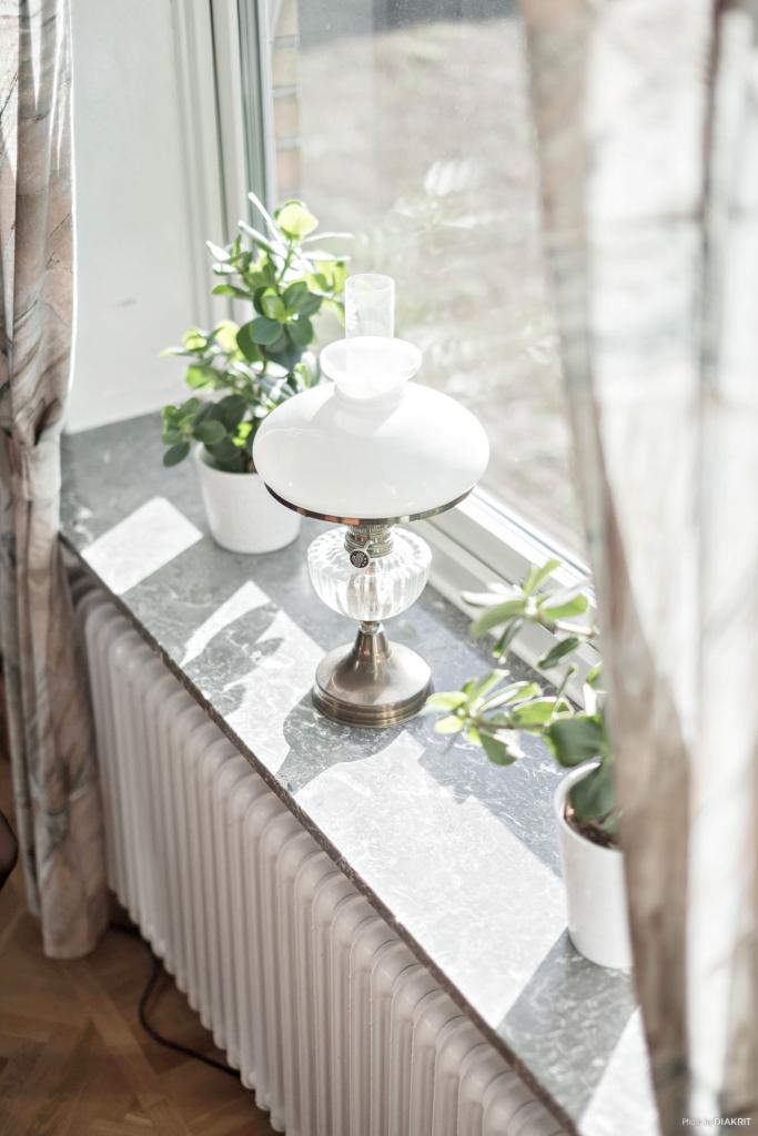 Vackra djupa fönsterkarmar i marmor.