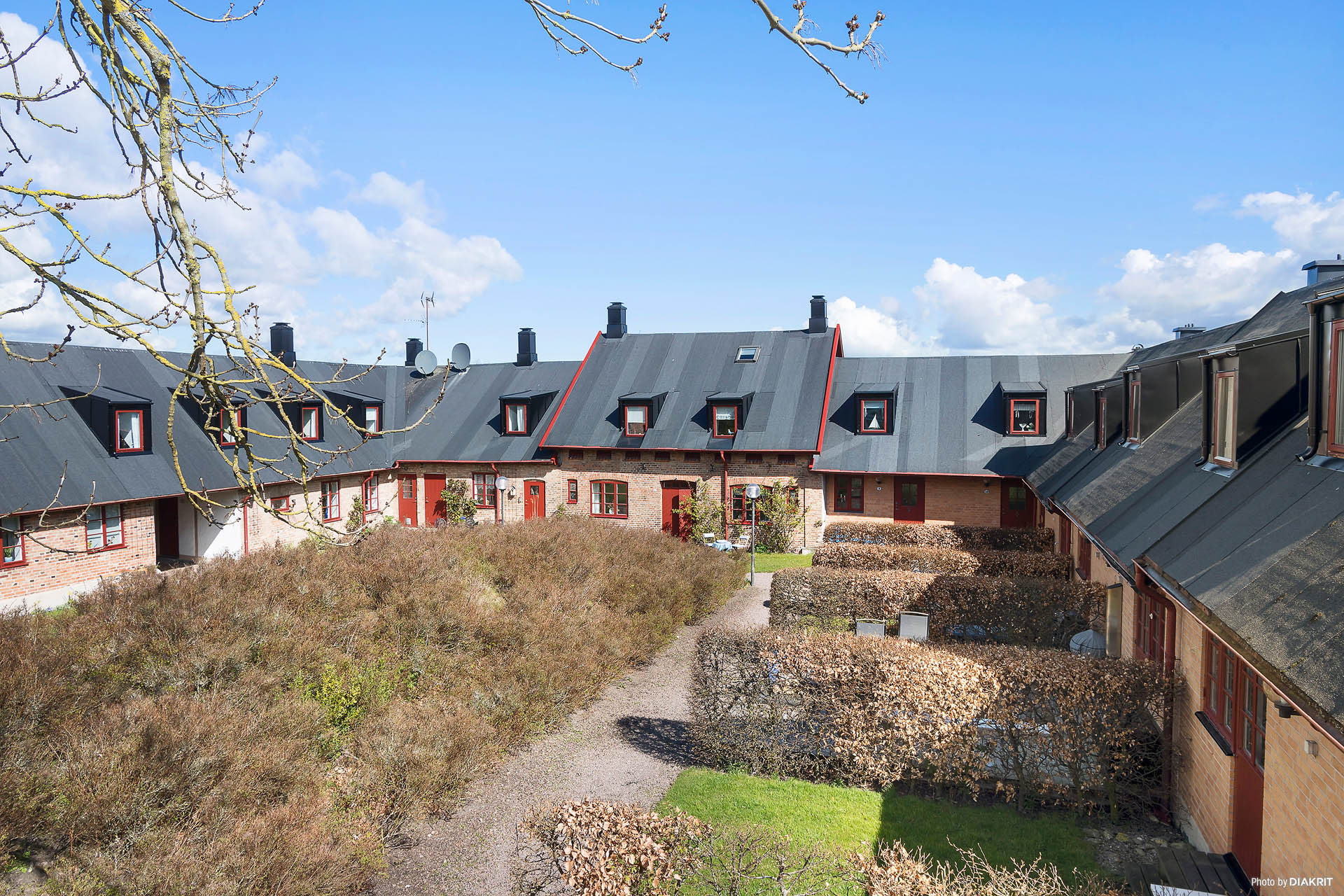 Fasad entrésidan, bostadsrätten ligger i den högre delen av den högre huskroppen i mitten