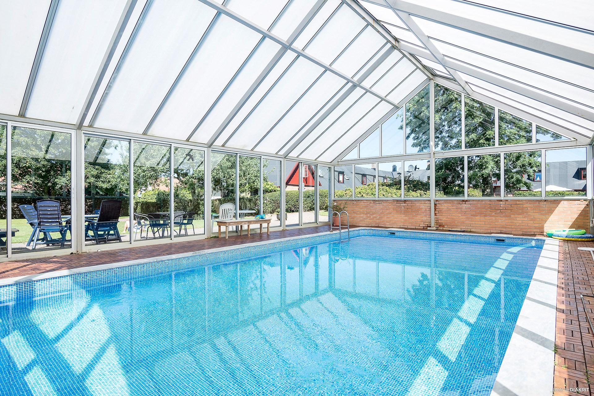 Poolhus med uppvärmd pool