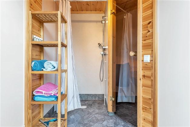 Dusch med ingång till bastu