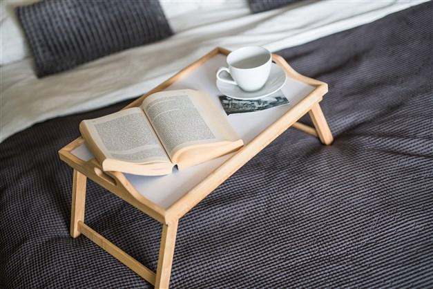 Sovrum med frukost på sängen