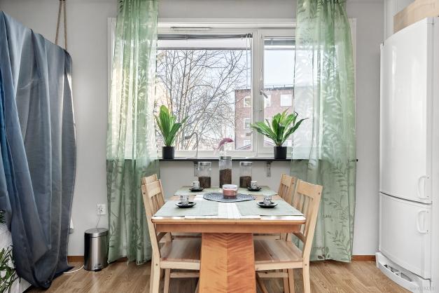 Plats för matbord vid fönster