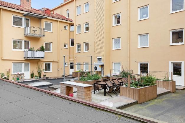 Gemensam terrass med utemöbler