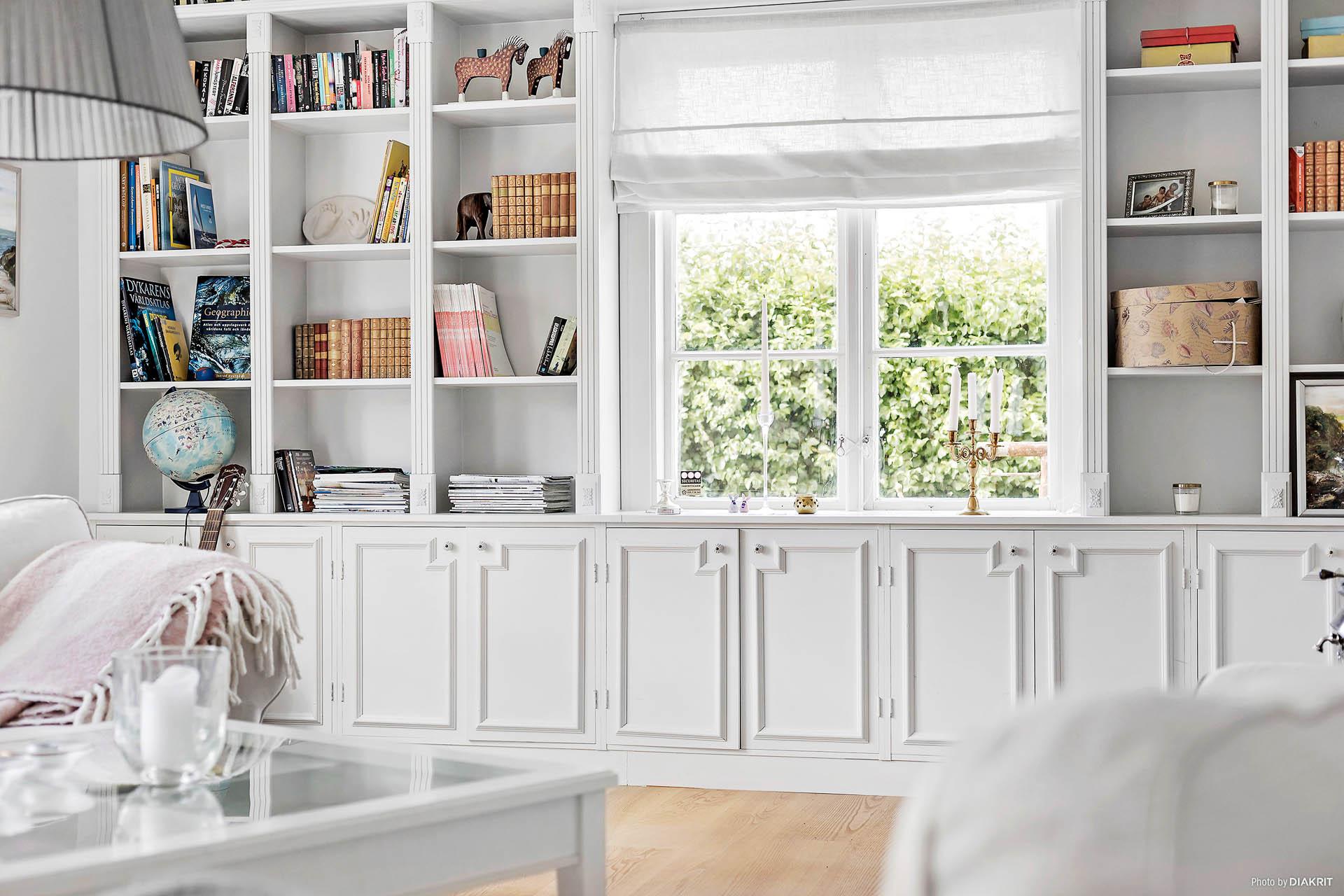 Salong med platsbyggd bokhylla och kamin