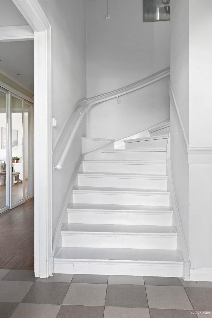 Vitmålad trapp till övre plan