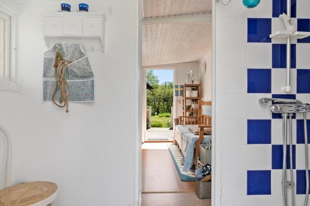 Intill huset finns dusch och förrådsutrymme med separat ingång.