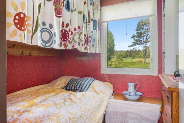 Sovrum med platsbyggd inredning.