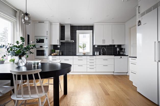 Snyggt kök i vitt och svart
