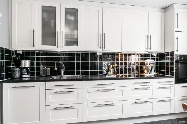 Modernt och renoverat kök med gott om förvaring.