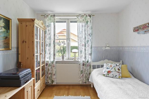 Mysigt sovrum innanför vardagsrummet