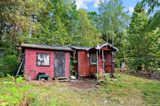 Två uthus med renoveringsbehov