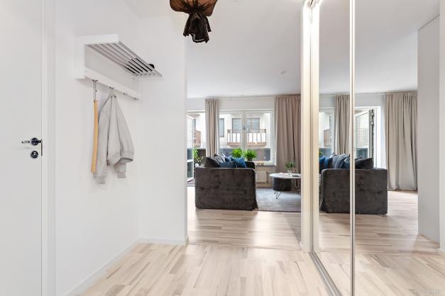 Hall, vardagsrum och balkong