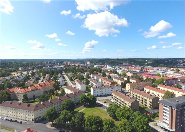 Områdesbild - Till vänster om vattentornet ligger Högskolan Väst.