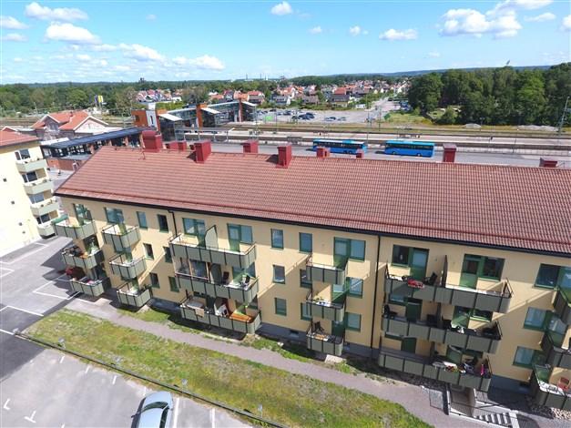 Baksidan av huset med balkongerna, Bakom skymtar Trollhättans Resecentrum.