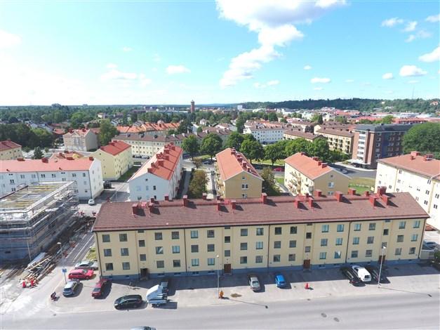 Fasadbild- Till vänster om vattentornet ligger Högskolan Väst.