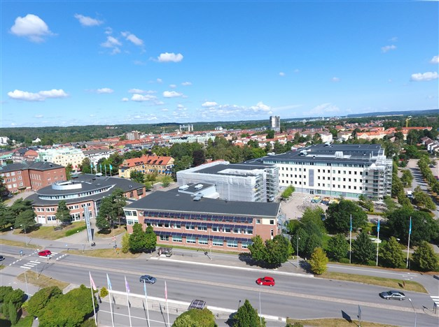 Högskolan Väst. Till höger om höghuset ligger Bangårdsgatan och Resecentrum.