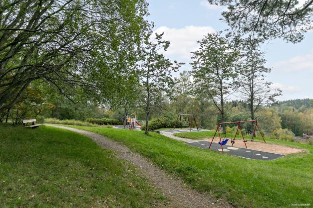 Lekparken nås med en kort promenad om 200m.