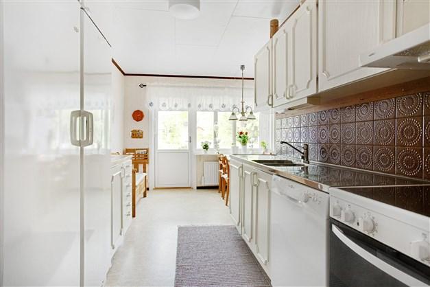 I köket finns gott om förvaring och arbetsyta.