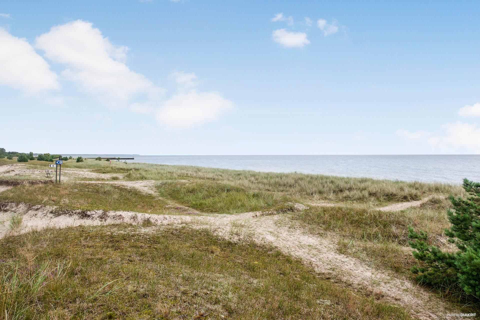 Stranden och havet ligger nära.