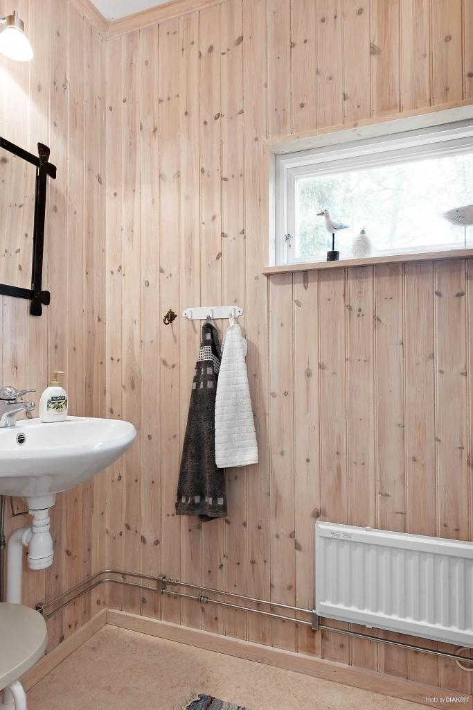 Toalett finns i tillbyggda delen. WC-stol och handfat. Ljust och fint tack vare fönster som dessutom är placerat högt upp. Genomtänkt!