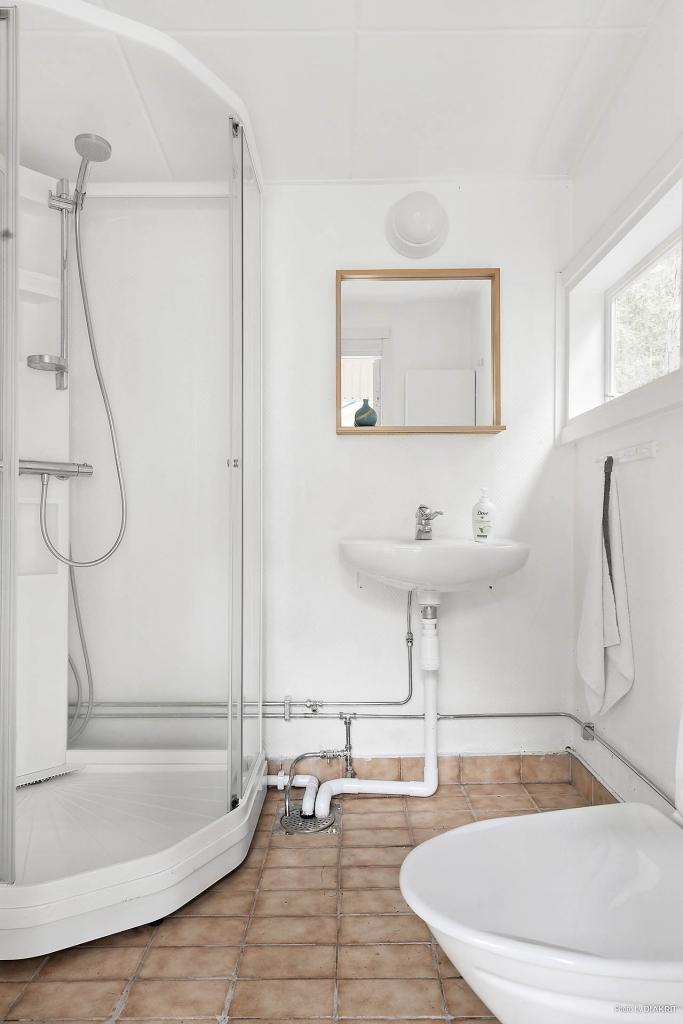 Toalett med dusch i gäststugan