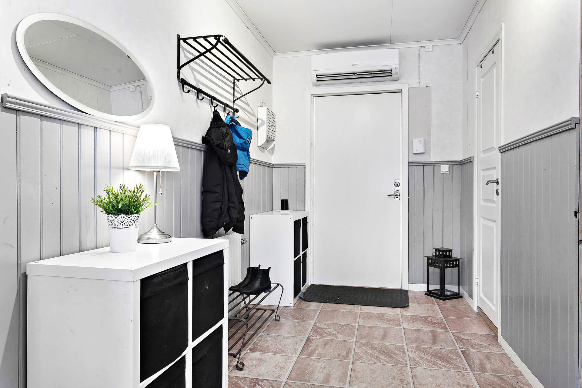 Hall mot ytterdörren, till höger ligger duschrummet