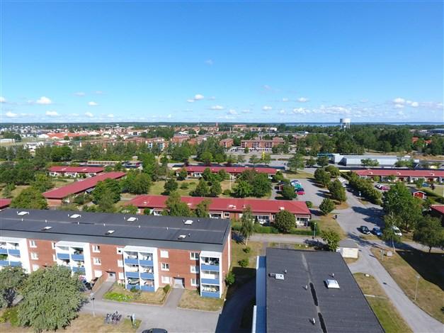 Översiktsbild - in mot centrum och med Vänern i bakgrunden.