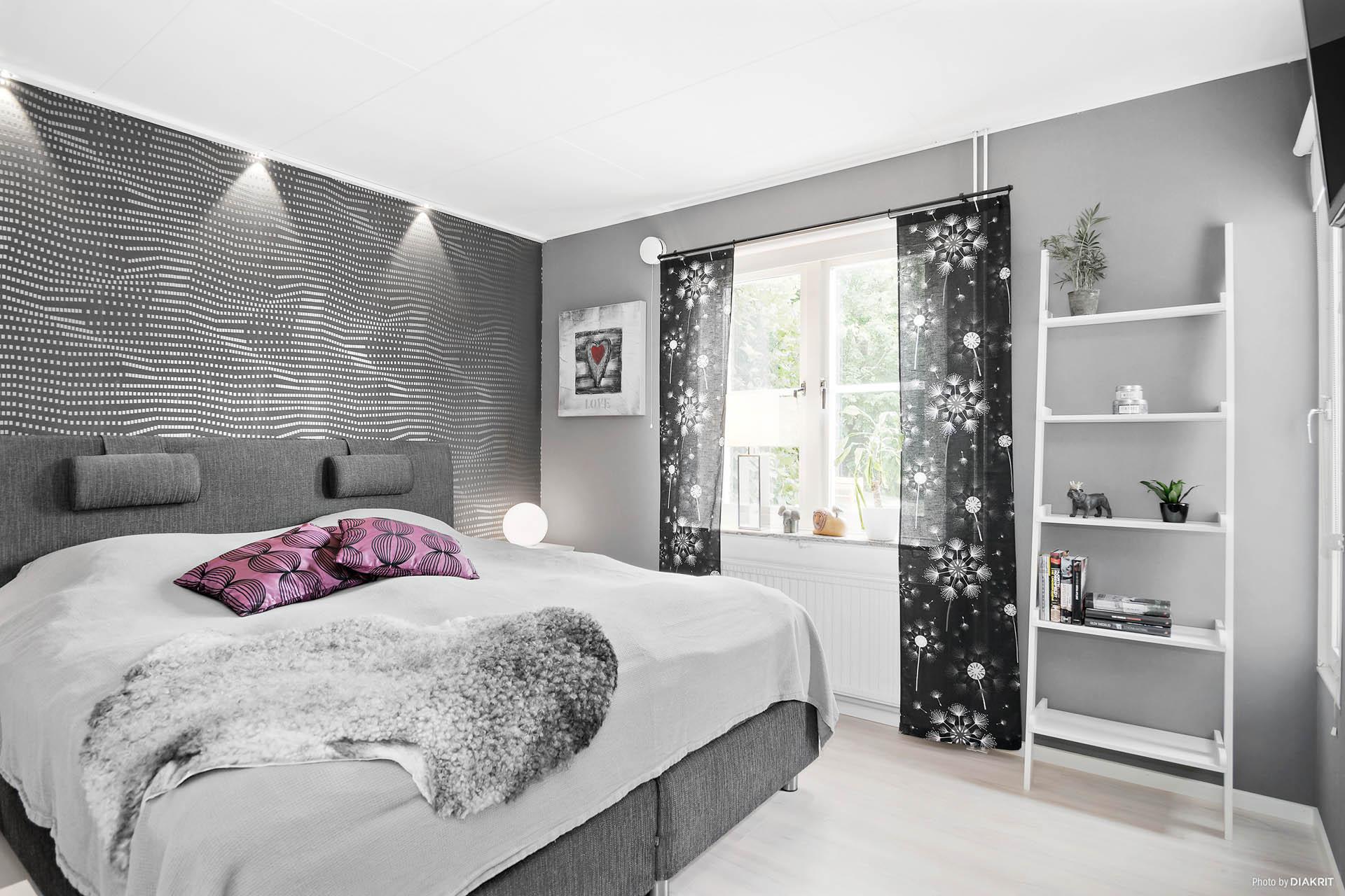 Sovrum 1 med snygga inbyggda spotlights i listen