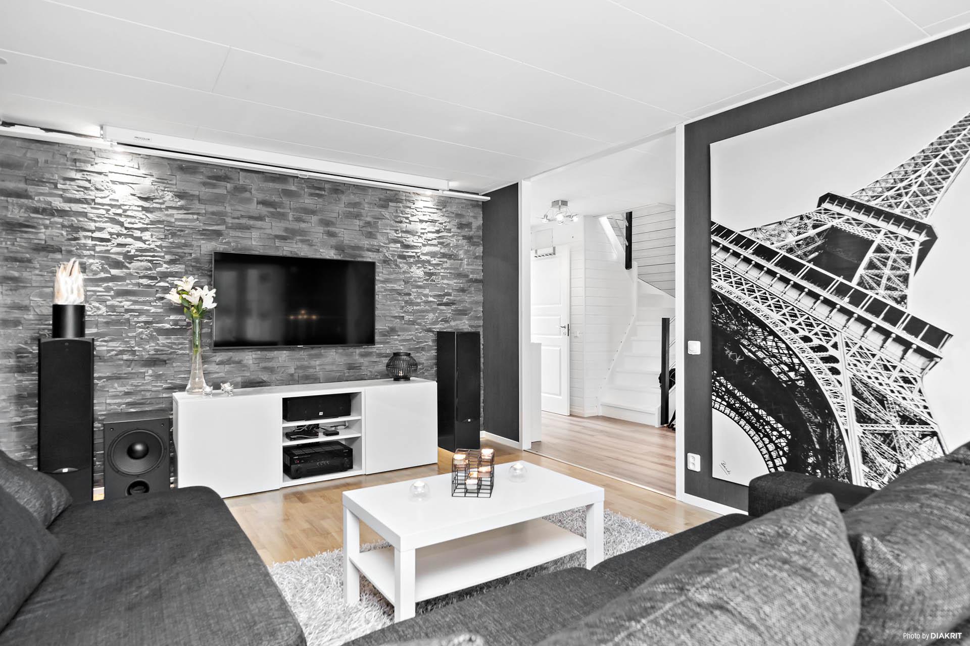 Läckert vardagsrum med fondvägg av dekortegel
