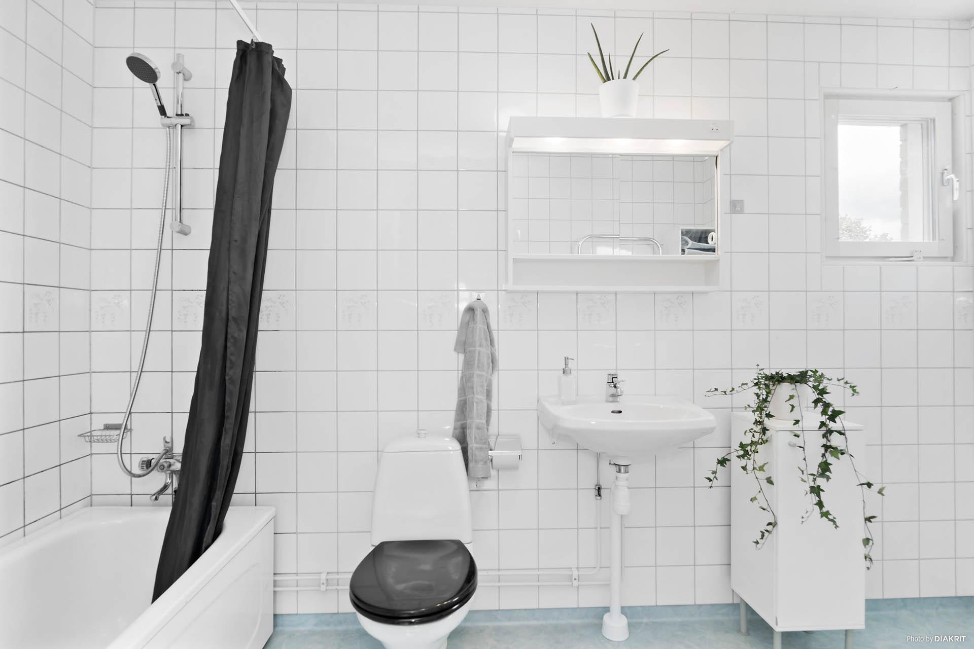 Mycket rymligt badrum! (2)