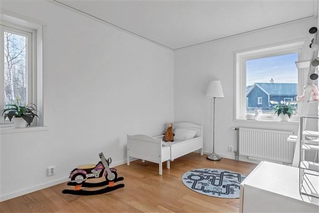 Sovrum 2 har fönster i 2 väderstreck och 2 garderober