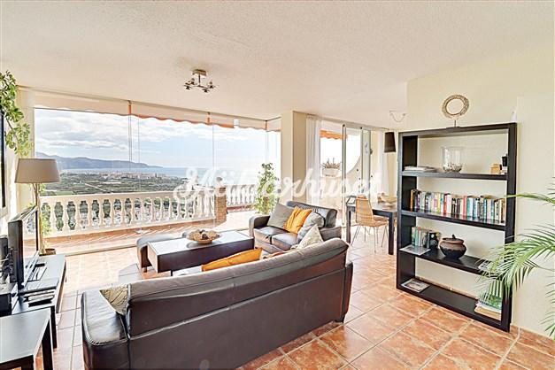 Ljust vardagsrum med stora fönsterpartier