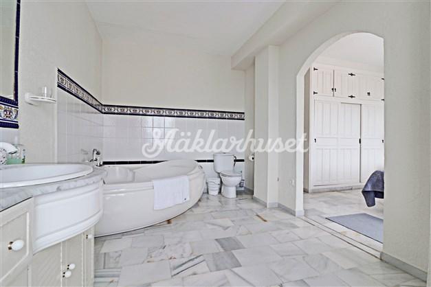 Fräscht badrum med ingång från master bedroom