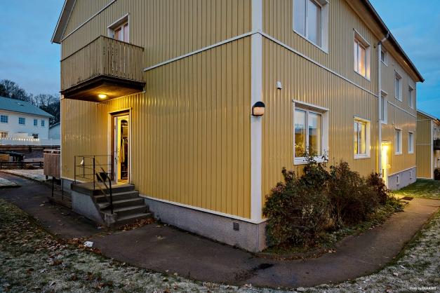Radhuskänsla med egen ingång och stor uteplats!