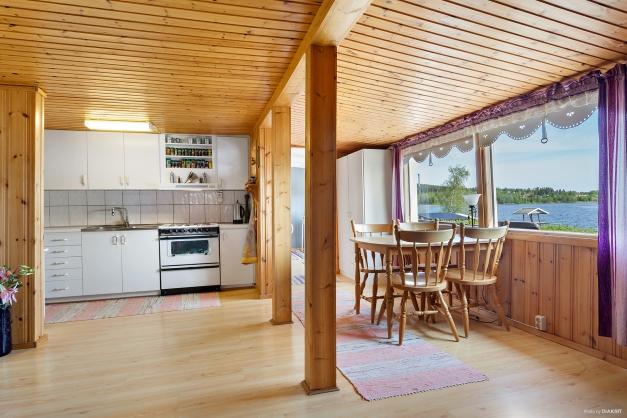 Vardagsrum mot kök och matplats