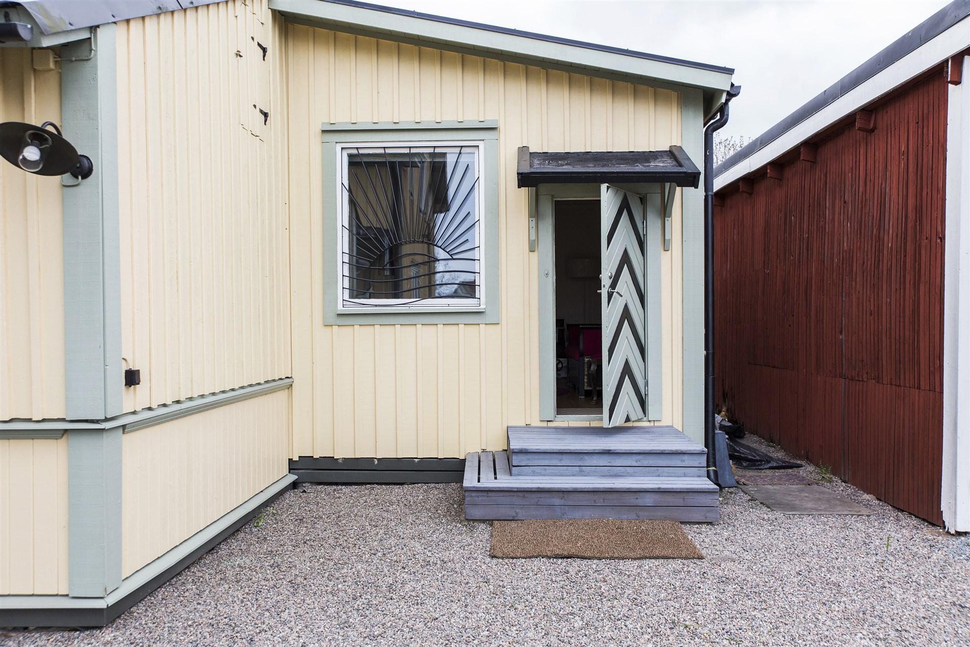Gårdshuset har en inredd del som man kan nyttja som gästrum eller kontor.