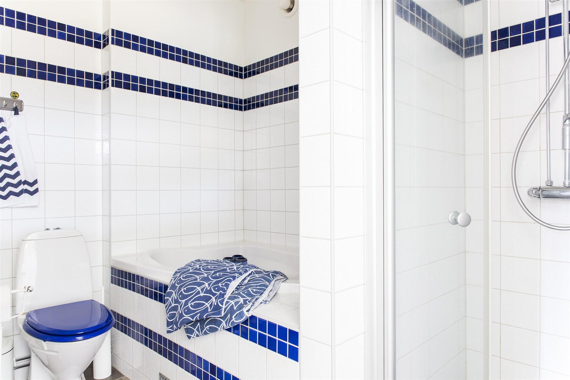Badrummet på entréplan - med kakel och klinkers.