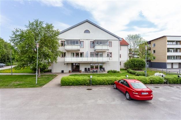 Fin bostadsrätt på 2:a våningen med stor balkong och centralt läge!